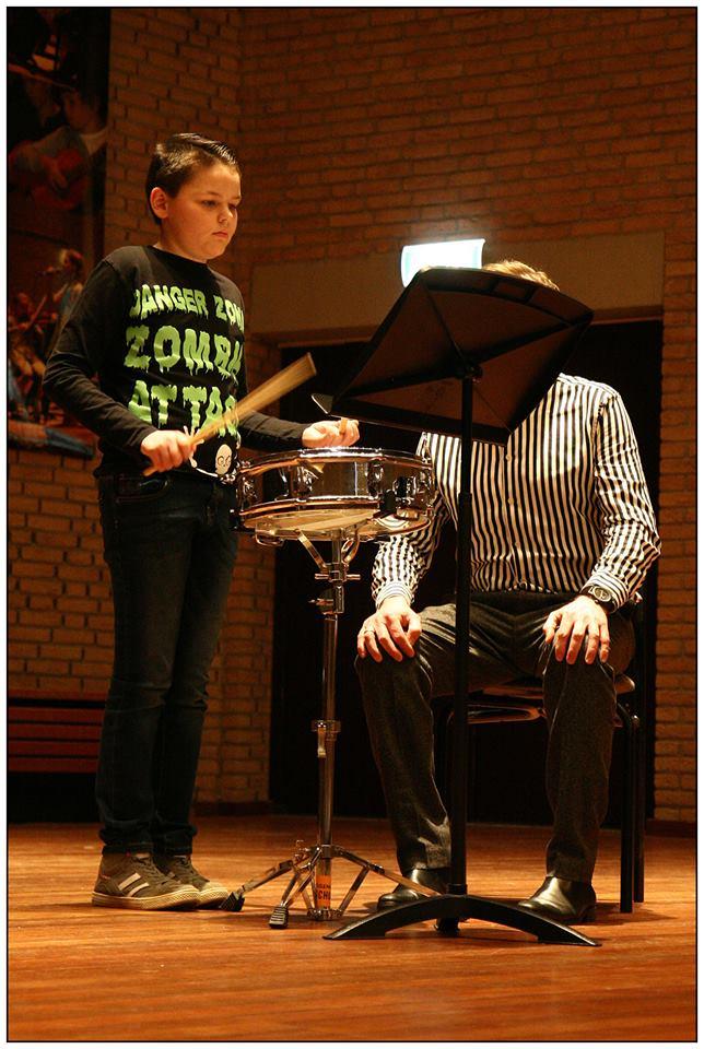 Milan Erkamp op snare drum